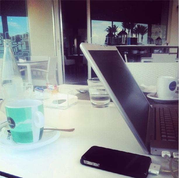 Trabajando en la playa_Mondaysatwork